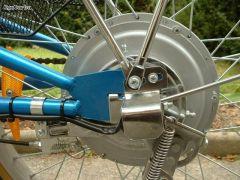 'Vélo electrique: fixation de la roue arriere motorisée'