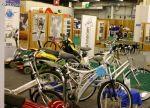 'Plein de vélo électriques sur un petit stand'
